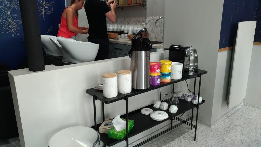 Artisan végétal coiffeur, coin thé et café