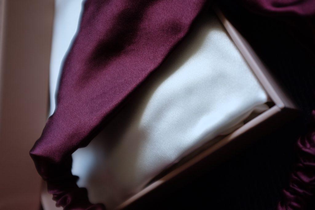 La taie d'oreiller en soie et le bandeau en soie de Venus & Gaia