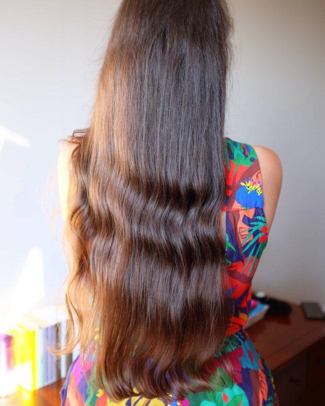 La petite coupe qui a fait du bien ! 🙌 On me demande parfois si c'est mieux de couper ses cheveux avant de partir en vacances ou après... Eh bien je dirais que ça dépend des cas ! Parfois si vous ne coupez pas avant de partir alors qu'ils en ont besoin, une fois en vacances vous allez ''aggraver'' les dégâts et il faudra couper plus en rentrant 😬 Dans ce cas, je conseille donc de couper plutôt avant le départ... Et pas 10 cm ! 2 ou 3 cm peuvent largement suffire à éliminer ce qui est abîmé ou fatigué... 💇🏻♀️✂   Si en revanche, vous n'avez pas spécialement de fourches, que vos pointes ne sont pas spécialement abîmées, alors autant attendre de rentrer de vacances pour couper ! Et parfois, il faudra couper avant ET après les vacances... Ça dépend vraiment de chacun, il n'y a pas de règle ! 🤷🏻♀️  En vacances je fais vraiment attention à mes cheveux, je les attache le plus possible, si je me baigne je les enduis d'huile avant et je rince TOUJOURS à l'eau claire après une baignade. Je choisis un après-shampoing bien hydratant que je laisse toujours poser 10 bonnes minutes après mon shampoing. Et je mets bien sûr toujours quelques gouttes de sérum huileux Less is more au quotidien pour les protéger au quotidien. J'ai la main plus lourde en été histoire de bien les préserver. On peut autant crâmer nos cheveux au lisseur qu'en les exposant au soleil ☀️😩 et après bonjour la casse et les fourches... En plein soleil, je privilégie donc un chapeau ou un foulard pour les protéger au maximum car les UV ne fragilisent pas seulement notre peau...   De cette façon, je m'évite une grosse coupe une fois rentrée........ De toute façon la plupart du temps mes cheveux se portent mieux en vacances que chez moi 😅🌴 ça vient souvent de l'eau qui est moins calcaire qu'en région parisienne 😏  Et vous, vous préférez couper vos cheveux avant ou après vos vacances ? Est-ce que vous en prenez soin sur place ou vous êtes plutôt en relâchement total ? (ça fait du bien aussi de tout lâcher, on a qu'un
