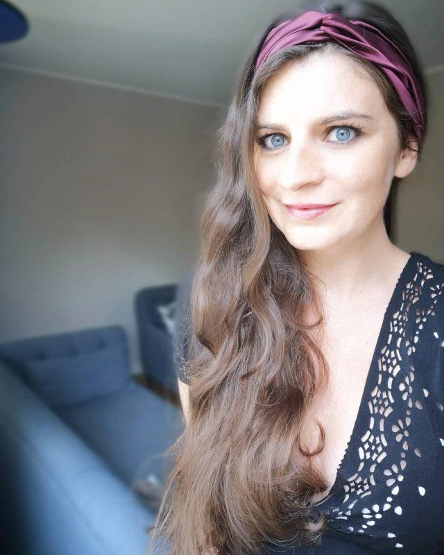 [1 BANDEAU, 3 COIFFURES] ↪️ Faites défiler pour voir les 3 ! Quelle est votre préférée ? Moi j'ai toujours aimé les coiffures sur le côté ! Un immense merci à @venusetgaia qui m'a fait la surprise de m'envoyer ce magnifique bandeau en soie pure, couleur bordeaux 😭💜 tellement beau, je l'aime trop ! 🥰 Bon week-end les amis 😚🎉 ✨ #coiffure #bandeaucheveux #bandeau #soie #cheveuxnaturels #cheveuxlongs #naturalhaircare #hairstyle #venusetgaia