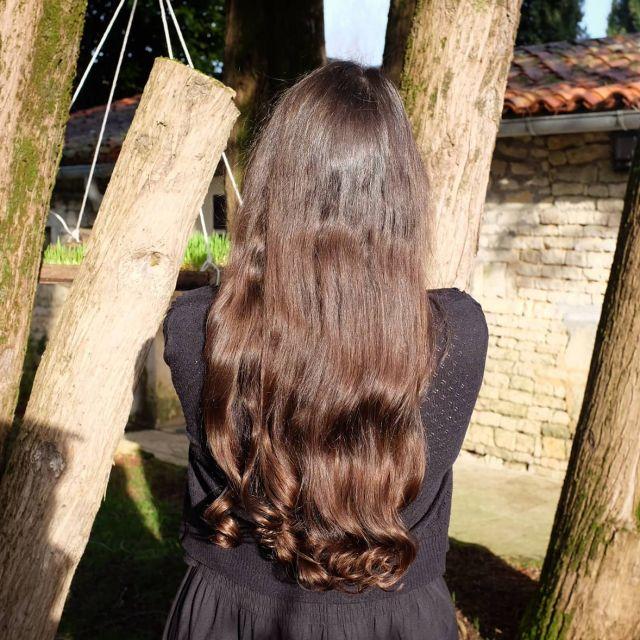[MASQUE AUX POUDRES] pour des cheveux ultra doux, brillants et plus forts ! Demain je vous partage la recette d'un masque aux poudres 3 en 1 qui a énormément plu à mes cheveux ! Et pourtant il contenait une poudre que j'utilise peu en général, car j'ai toujours pensé qu'elle m'asséchait trop les cheveux, mais là aucun problème, au contraire... Il faut dire que les poudres de @boutique_beautebienetre.fr sont vraiment excellentes ❤️ Je vous recommande cette marque que j'aime particulièrement. Avec les bons dosages et surtout, les bons agents hydratants, le masque aux poudres n'est pas censé assécher vos cheveux, @ninaturelle l'explique d'ailleurs très bien dans un de ses derniers reels ! 😉  Sur la photo, j'ai refait ma petite technique très efficace de boucles sans chaleur avec des bigoudis très doux, j'y ai consacré un article entier sur mon blog si vous voulez y jeter un oeil !  N'ayant pas les boucles naturelles de @labelleboucle je triche un peu 😅➿ ✨ À votre avis, quelles sont les 3 poudres que j'ai utilisées ?........ 😁 Bonne soirée à tous et à demain pour la recette de ce masque ! 🤗 💜  #cheveuxnaturels #cheveuxlongs #longhair #boucles #soinsnaturels #poudresayurvediques