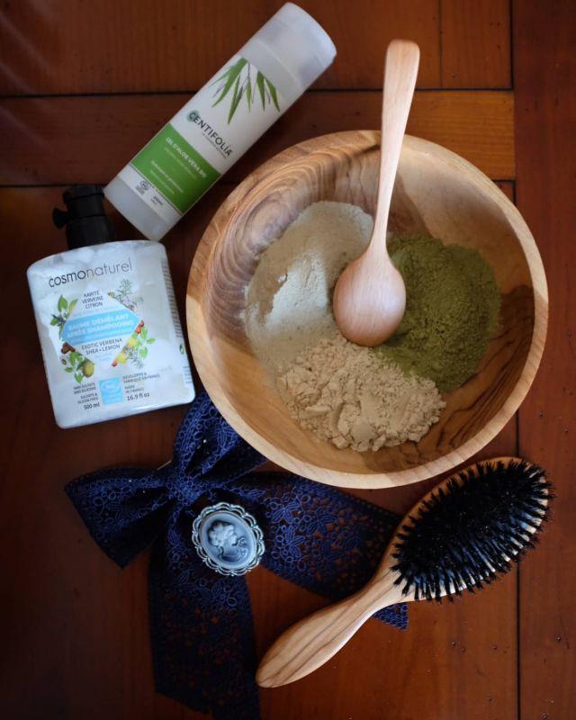 [RECETTE MASQUE AUX POUDRES] Et voilà la recette du fameux masque aux poudres dont je vous parlais sur le post précédent ! Un masque qui apporte beaucoup de douceur, de brillance et de force aux cheveux. ✨ Il se compose de :  🥣 2 cuillères à soupe de poudre de guimauve 🥣 2 cuillères à soupe de kachur sughandi 🥣 2 cuillères à soupe de henné neutre 🥣 3 cuillères à soupe de gel d'aloe vera 🥣 2 cuillères à soupe de masque capillaire 💧 Un peu d'eau chaude ajoutée progressivement jusqu'à obtenir une texture bien lisse ✨ Les proportions sont à adapter en fonction de votre longueur ! Comme je vous le disais je n'ai jamais trop utilisé le henné neutre car je trouvais qu'il pouvait être un peu asséchant pour mes cheveux, mais en l'associant aux 2 autres ça change tout ! Celle de guimauve est démêlante et apporte beaucoup de douceur, et celle de kachur sughandi, issue de la tradition indienne, va fortifier, embellir, et stimuler la pousse. Elle a l'avantage de ne pas foncer les cheveux clairs et apporte volume et brillance aux cheveux fins ✨ je l'adore ! Le tout va vraiment gainer les cheveux. Je fais confiance à @boutique_beautebienetre.fr dont les poudres sont d'excellente qualité ! 😍❤️ Une marque fabuleuse 💎 ✨ J'applique sur cheveux un peu humidifiés à l'hydrolat, car sur cheveux secs je galère trop... Je fais une raie au milieu, puis divise mes longueurs en 4 sections pour bien tout imprégner. Je laisse poser 1 à 2h, mais il faut savoir qu'au bout de 30min, le henné neutre libère ses pigments, donc attention si vous voulez éviter les reflets roux qu'il apporte, gardez le 30min pas plus. Je fais ensuite un shampoing et j'applique toujours un AS ou masque. Une fois les cheveux pré-séchés dans 1 tee-shirt, je remets un peu de gel d'aloe sur les longueurs pour réhydrater. ✨ Comme toujours une fois mes cheveux secs j'applique 3 gouttes du sérum rose de Less is more, ou celui découvert plus récemment de @miramonamour (''L'huile qui murmurait à l'oreille des cheveux'', j'adore so