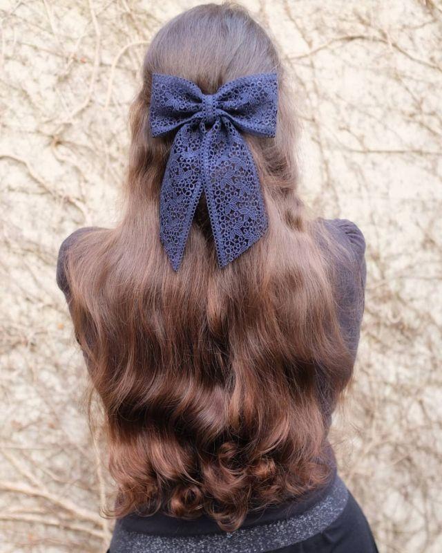 Le beau nœud 🎀 de @scrunchieisback !  Il existe aussi en rose, mais je suis fan de ce bleu marine !  Et vous dites-moi quel est votre accessoire préféré quand vous voulez faire une belle coiffure ? Plutôt barrette ? Chouchou ? Noeud ou foulchie ? Je ne porte que très rarement des accessoires dans mes cheveux, j'en mets surtout pour les grandes occasions, mais je trouve que ça peut vraiment apporter un vrai plus à une tenue !  Bonne soirée à tous ❤️ ✨  #noeud #accessoirescheveux #cheveuxnaturels #curls #hairstyle #cheveuxlongs #coiffure #accessoirecheveux #longhair